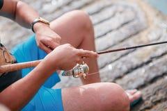 Hogere mens ongeveer gaan vissend rug stock foto's