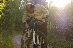 Hogere mens op cyclusrit in platteland Royalty-vrije Stock Foto