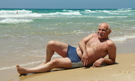 Hogere mens op het strand Royalty-vrije Stock Afbeeldingen