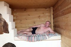 Hogere mens op Russisch fornuis royalty-vrije stock foto