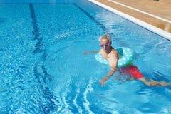 Hogere mens op vakantie in zwembad Stock Foto's