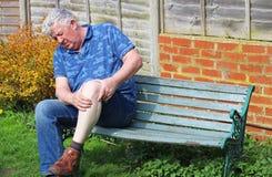 Hogere mens Pijnlijke knieverwonding of artritis stock afbeelding