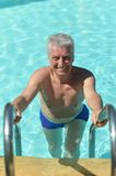 Hogere mens in pool Stock Foto