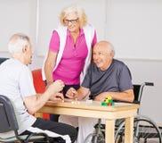 Hogere mensen die Bingo in verpleeghuis spelen royalty-vrije stock afbeelding