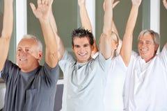 Hogere mensen die gymnastiek doen Royalty-vrije Stock Fotografie