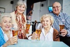 Hogere mensen die met bier stellen stock afbeeldingen