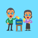 Hogere mensen die stemmingsdocument in de stembus zetten Stock Foto's