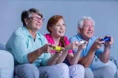 Hogere mensen die videospelletjes spelen Royalty-vrije Stock Afbeelding