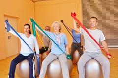 Hogere mensen in gymnastiek met oefening Royalty-vrije Stock Afbeelding