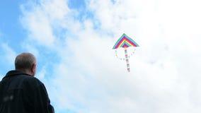 Hogere mensen vliegende vlieger stock video