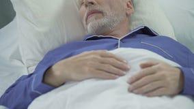 Hogere mensenslaap in bed en luid het snurken, problemen met slaap, apnea stock footage