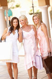 Hogere Moeder en Dochters die van het Winkelen genieten Stock Fotografie