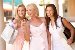 Hogere Moeder en Dochters die van het Winkelen genieten stock afbeelding