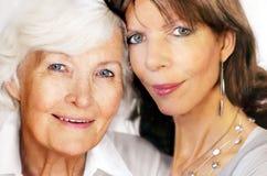 Hogere moeder en rijpe dochter Stock Foto's