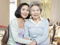 Hogere moeder en volwassen dochter Stock Foto