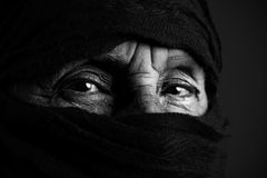 Hogere moslimvrouw b&w Stock Foto's