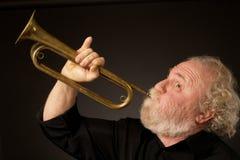 Hogere musicus die een bugel speelt Stock Afbeelding