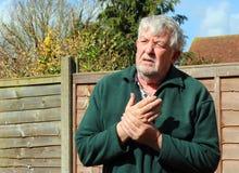 Hogere of oude mens met een slechte pijnlijke hand royalty-vrije stock foto