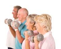 Hogere oudere mensen die gewichten opheffen Stock Afbeelding