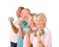 Hogere oudere mensen die gewichten opheffen royalty-vrije stock afbeelding
