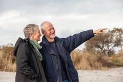 Hogere paar bejaarde mensen samen openlucht royalty-vrije stock afbeeldingen