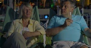 Hogere paar het besteden vakantie bij de de zomertoevlucht stock video