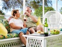 Hogere paar het drinken wijn Stock Foto's