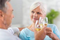 Hogere paar het drinken wijn Stock Afbeelding