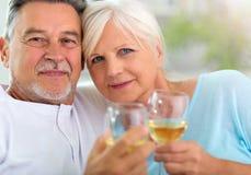 Hogere paar het drinken wijn Stock Foto
