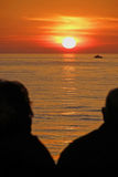 Hogere paar het letten op zonsondergang Royalty-vrije Stock Foto's