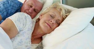 Hogere paarslaap in bed stock videobeelden
