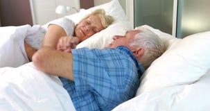 Hogere paarslaap in bed stock video