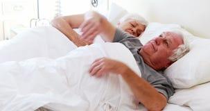 Hogere paarslaap op bed in slaapkamer stock footage