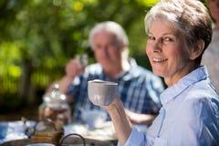 Hogere paren die ontbijt in tuin hebben royalty-vrije stock fotografie