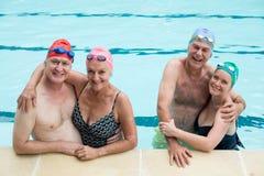 Hogere paren die in pool genieten van royalty-vrije stock afbeeldingen