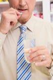 Hogere patiënt die een pil nemen Royalty-vrije Stock Afbeelding