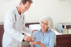 Hogere patiënt die pillen nemen Stock Foto