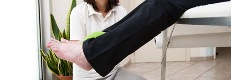 Hogere patiënt en fysiotherapeut stock afbeelding