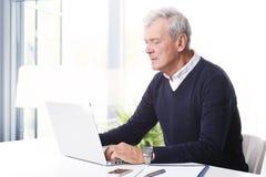 Hogere professionele mens met laptop Royalty-vrije Stock Afbeeldingen