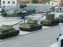 Hogere Pyshma, Rusland - Juli 02, 2016: Diverse militaire uitrusting in openlucht in museum van militaire uitrusting Mening van h stock afbeelding