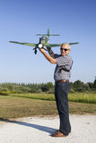 Hogere RC-modelleur en zijn nieuw vliegtuigmodel Stock Foto's