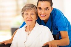 Hogere rolstoel caregiver Stock Foto