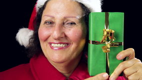 Hogere Santa Claus Lady Showing Wrapped Green-Gift stock videobeelden