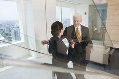 Hogere stafmedewerker in bespreking met onderneemster. stock foto
