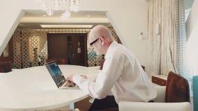 Hogere succesvolle zakenman die bij laptop werken stock video
