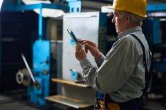 Hogere Technicus met Digitale Tablet stock foto