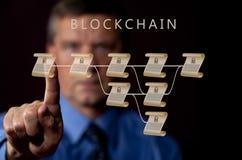 Hogere technoloog die aan blockchainillustratie richten Royalty-vrije Stock Fotografie
