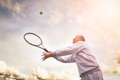 Hogere tennisspeler stock foto