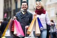 Hogere toeristen met het winkelen zakken Stock Afbeelding