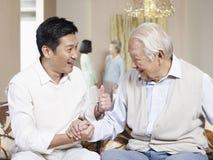 Hogere vader en volwassen zoon Royalty-vrije Stock Foto
